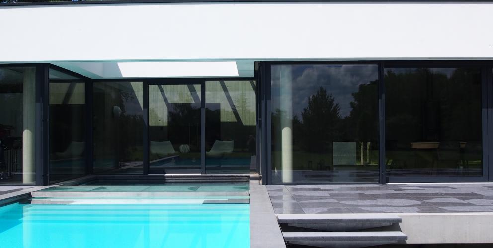 Projet CS - La piscine s'encastre dans le cœur du pavillon, où elle semble trouver sa source