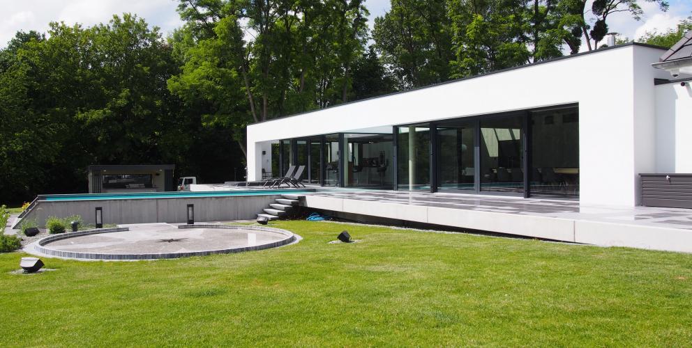 Projet CS - Le pavillon repose sur une strate de béton venant coiffer le paysage tout en horizontalité